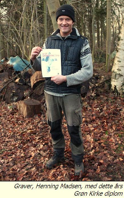 10 år som grønne kirker - Henning graver med grøn kirke diplomet